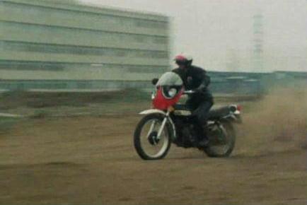 バイクに乗るスパイダーマン