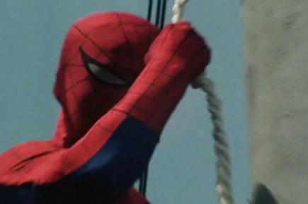 スパイダーマンはロープでビル間を移動