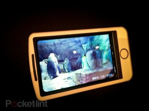 海外で展示されたシャープの3Dスマートフォン